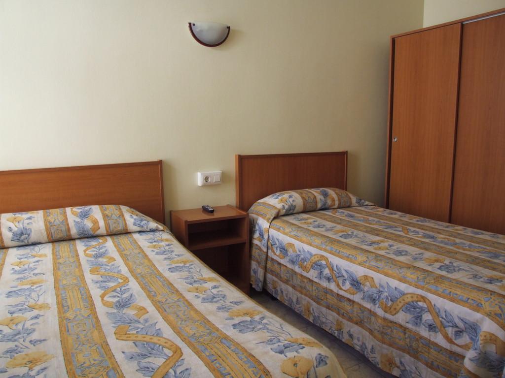hostel marfil la jonquera espagne. Black Bedroom Furniture Sets. Home Design Ideas